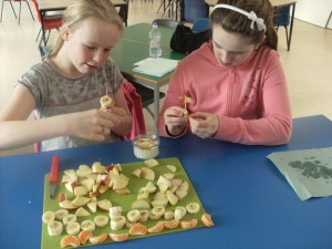 P7 making healthy fruit kebabs